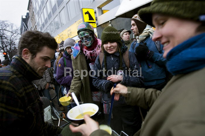 Agricultural demonstration serves organic soup outside a Netto store and advocates growing your own food. Protests against COP15 United Nations Climate Change Conference, Copenhagen 2009, Denmark. - Jess Hurd - 2009-12-15