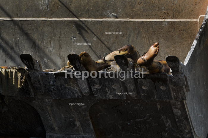 Report digital photojournalism - Dead bodies are shovelled