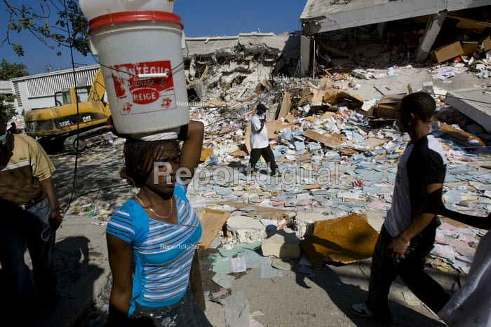 People collect water. Haiti earthquake. Port-au-Prince. Haiti. - Jess Hurd - 2010-01-18