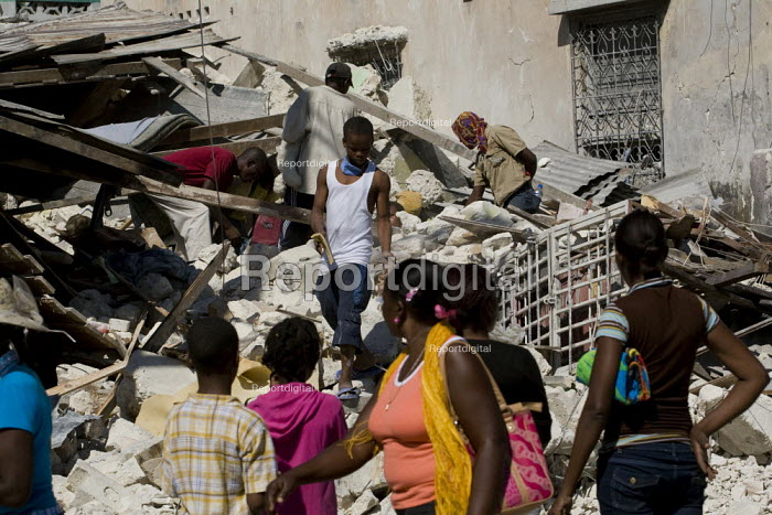 Haitians salvage food and goods necessary for survival from burning buildings. Haiti earthquake. Port-au-Prince. - Jess Hurd - 2010-01-18