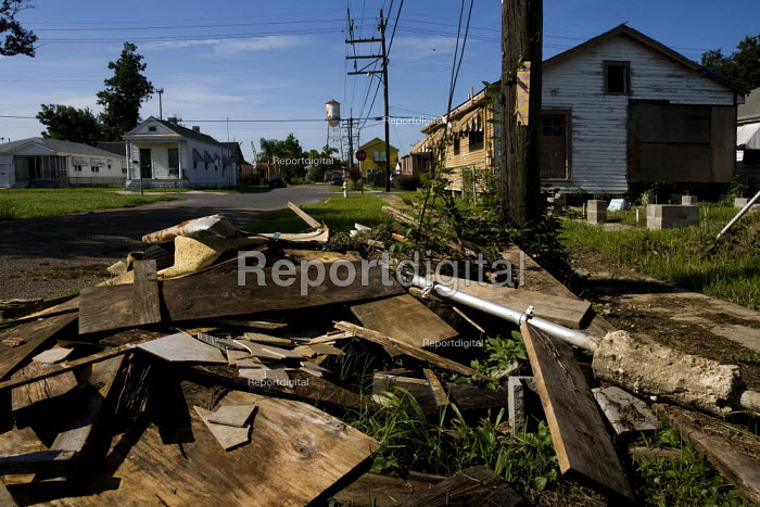 On the fifth anniversary of hurricane Katrina abandoned and destroyed houses in the 9th Ward are overgrown and left to decay. New Orleans, Louisiana, USA. - Jess Hurd - 2010-08-23