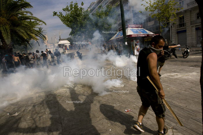 Confrontations between police and protesters outside the Greek parliament during a general strike against austerity cuts. Syntagma Square, Athens, Greece. - Jess Hurd - 2011-06-15