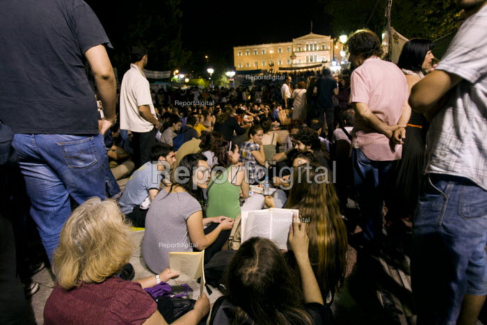 Reading and debate. Demonstrations against austerity cuts on the birthday of Greek Prime Minister George Papandreou. Syntagma Square, Athens, Greece. - Jess Hurd - 2011-06-17