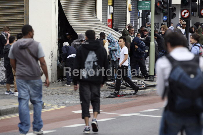 Looters breaking into a jewelers shop. Riots spread to Hackney following a fatal police shooting. Riot police struggle to maintain order as rioting spreads across the country after Mark Duggan, 29, was killed. East London. - Jess Hurd - 2011-08-08