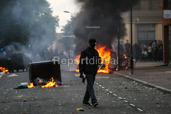Riots spread to Hackney following the fatal police shooting of Mark Duggan, East London. - Jess Hurd - 2011-08-08