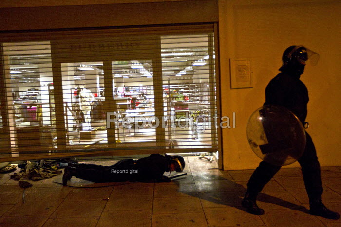 Burberry Store is looted Riots spread to Hackney following the fatal police shooting of Mark Duggan, East London. - Jess Hurd - 2011-08-08