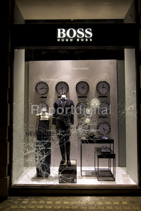 Riots spread to Hugo Boss in Sloane Square following a fatal police shooting. Riot police struggle to maintain order as rioting spreads across the country after Mark Duggan, 29 was killed. East London - Jess Hurd - 2011-08-08