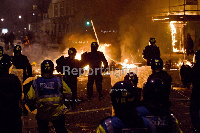 Burning barricades, Riots in Tottenham. Riot police clashed with hundreds of rioters after the fatal shooting of Mark Duggan, 29, who was killed by police on Thursday. North London. - Jess Hurd - 2011-08-06