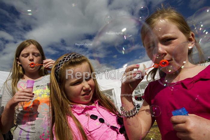 Traveller children blowing bubbles in Camp Constant, the direct action camp supporting travellers against the eviction of Dale Farm, Basildon, Essex. - Jess Hurd - 2011-08-27