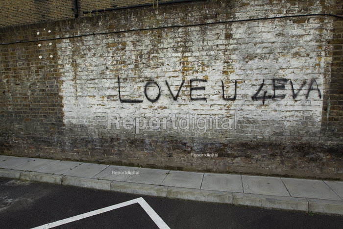 Love U 4EVA graffiti in East London. - Jess Hurd - 2011-08-28