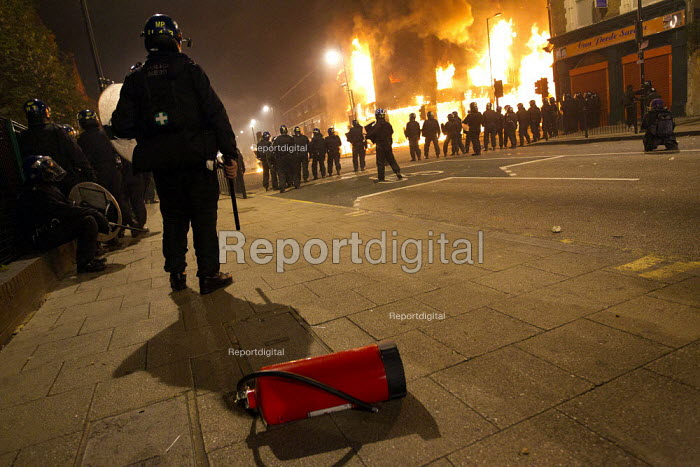 Riots in Tottenham. Riot police clashed with hundreds of rioters after the fatal shooting of Mark Duggan, 29, who was killed by police on Thursday. North London. - Jess Hurd - 2011-08-07
