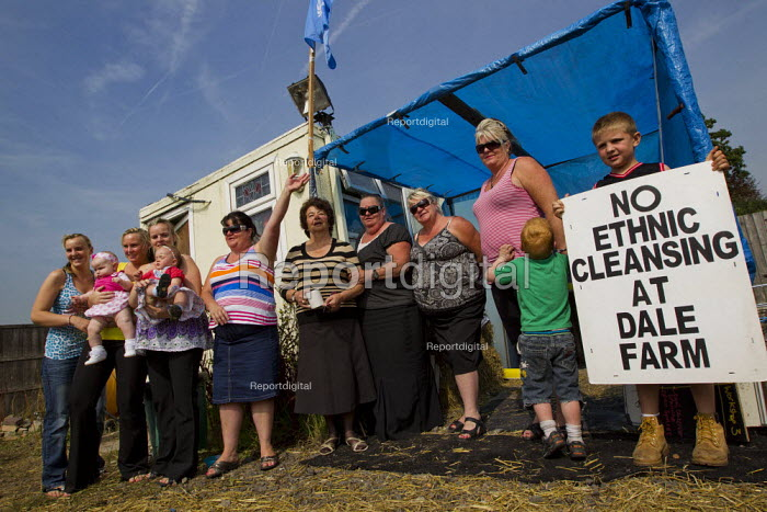 Travellers from Dale Farm pose for a photo after a press conference in the activist Camp Constant . Basildon, Essex. No Ethnic cleansing - Jess Hurd - 2011-09-02