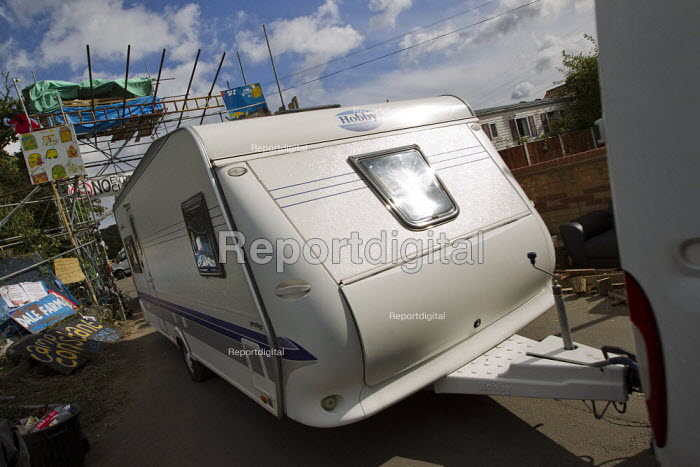 Travellers from Dale Farm move their caravans ahead the eviction by Basildon Council. Essex. - Jess Hurd - 2011-09-17