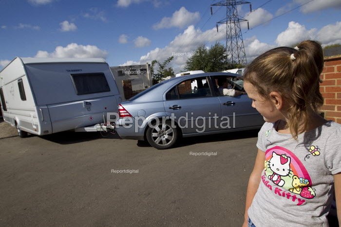 Mariah watches caravans leave Dale Farm on the eve of eviction by Basildon Council. Essex. - Jess Hurd - 2011-09-18
