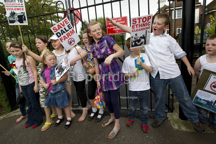 Children outside Crays Hill Primary School which will close if the eviction goes ahead. Travellers from Dale Farm and their supporters march against eviction by Basildon Council. Essex. - Jess Hurd - 2011-09-10