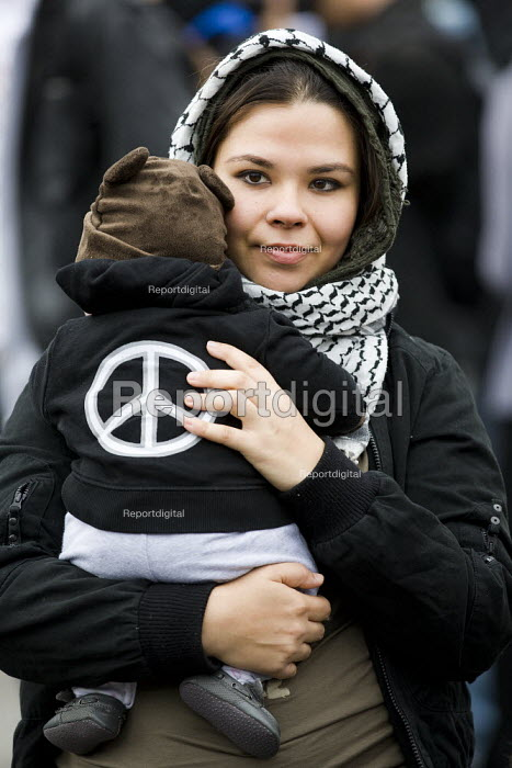 Mother and child with a CND jumper. Stop the War 10th Anniversary rally in Trafalgar Square. London. - Jess Hurd - 2011-10-08