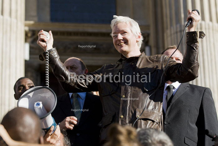 Julian Assange. Occupy the London Stock Exchange against financial speculators and the banking crisis. St Paul's, London. - Jess Hurd - 2011-10-15