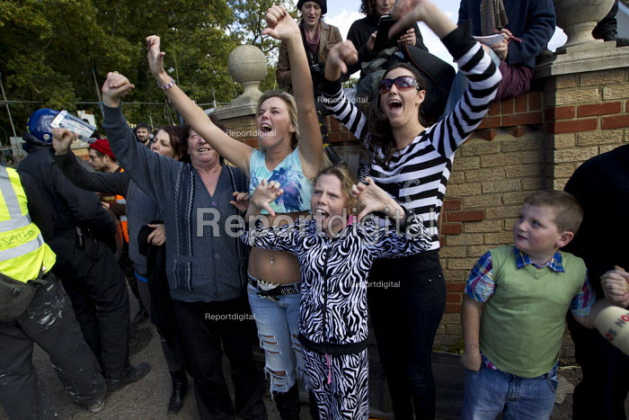 Defiance as Police and bailiffs move in to remove travellers and their supporters from Dale Farm, Basildon. London. - Jess Hurd - 2011-10-19