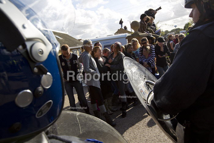 Riot police move in to remove travellers and their supporters from Dale Farm, Basildon. London. - Jess Hurd - 2011-10-19