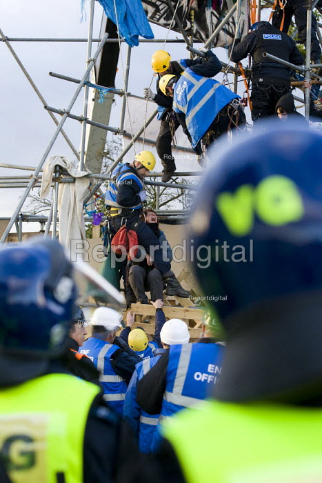 Police and bailiffs remove travellers and their supporters from Dale Farm, Basildon. London. - Jess Hurd - 2011-10-19