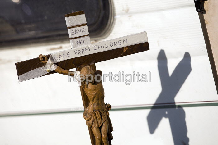 Crucifix outside a caravan.Travellers from Dale Farm are evicted by bailiffs and police hired by Basildon Council. Essex. - Jess Hurd - 2011-10-20