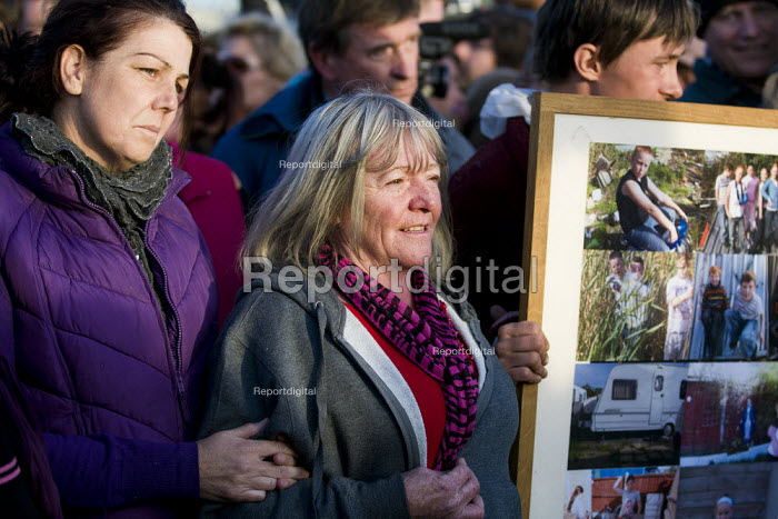 Emotional scenes as travellers and activists from Dale Farm march out together defiantly. Essex. - Jess Hurd - 2011-10-20