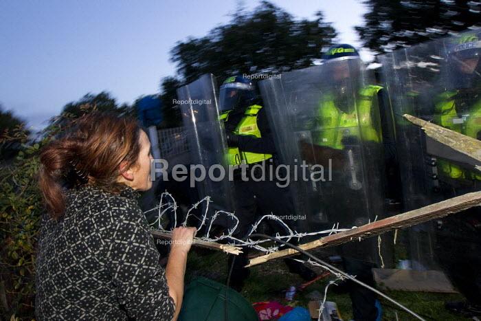 Traveller Nora Egan confronts riot police, Dale Farm. Basildon. Essex. - Jess Hurd - 2011-10-19