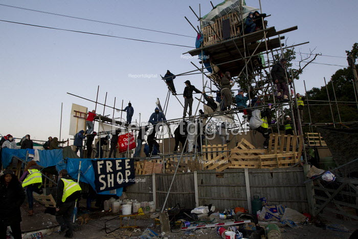 Activists are removed from locking on to scaffolding and caravans as travellers from Dale Farm are evicted by bailiffs and police. Basildon, Essex. - Jess Hurd - 2011-10-19