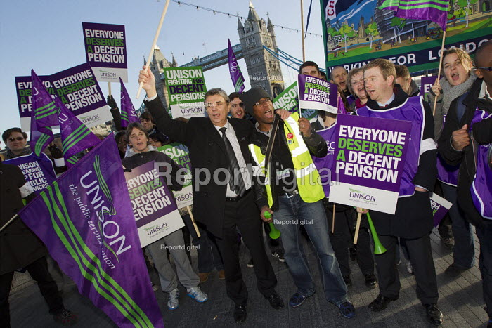 Dave Prentis, Unison Gen Sec joins the Local government picket at City Hall. Strike by public sector workers over pensions. London. - Jess Hurd - 2011-11-30