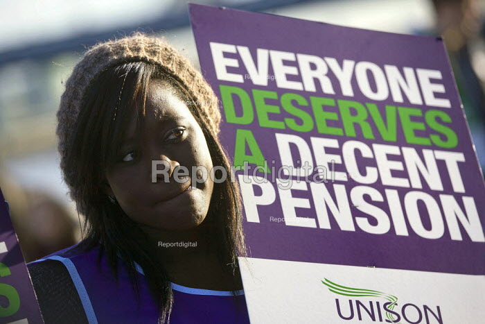 Unison local government picket at City Hall. Strike by public sector workers over pensions. London. - Jess Hurd - 2011-11-30