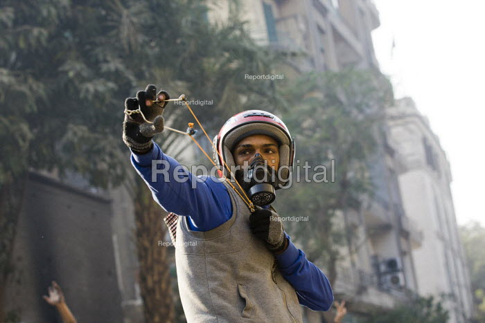 Using a catapult. Uprising against the military junta. Al-Tahrir (Liberation Square), Cairo, Egypt - Jess Hurd - 2011-11-23