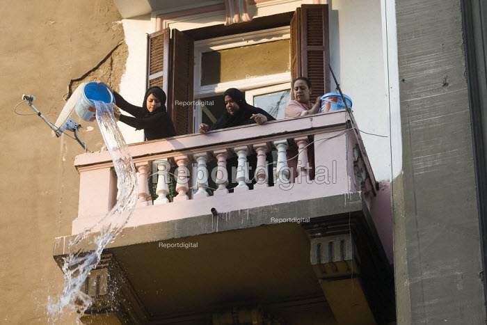 Women pouring water from a balcony. Uprising against the military junta. Al-Tahrir (Liberation Square), Cairo, Egypt - Jess Hurd - 2011-11-23