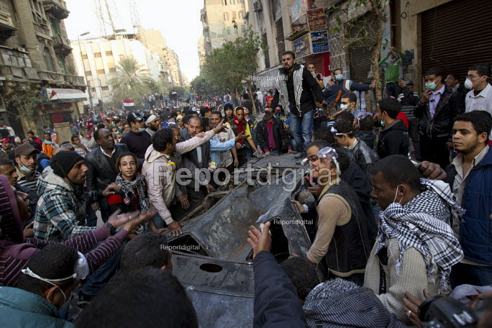 Protesters clean up Mohamed Mahmoud after a ceasefire. Uprising against the military junta. Al-Tahrir (Liberation Square), Cairo, Egypt - Jess Hurd - 2011-11-23