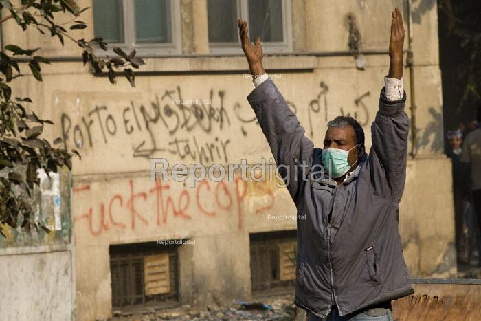 Fuck the cops. Fighting on Mohamed Mahmoud. Uprising against the military junta. Al-Tahrir (Liberation Square), Cairo, Egypt - Jess Hurd - 2011-11-23