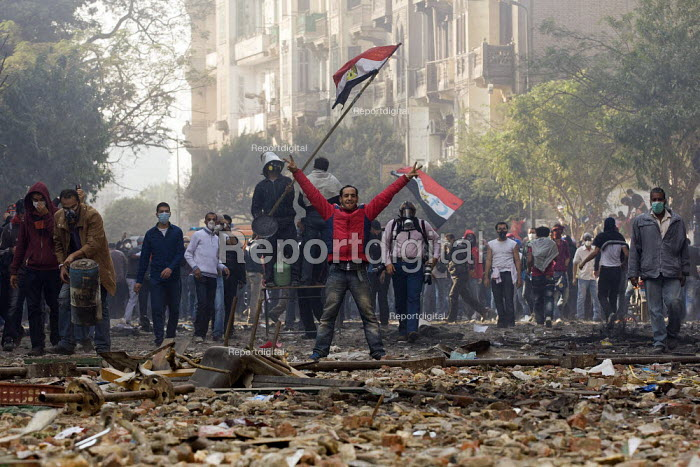Fighting on Mohamed Mahmoud. Uprising against the military junta. Al-Tahrir (Liberation Square), Cairo, Egypt - Jess Hurd - 2011-11-23