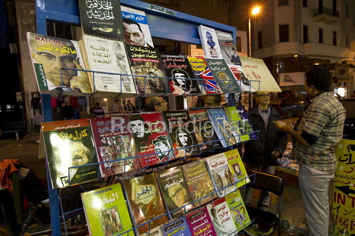 Revolutionary street book seller, including Che Guevara, Malcolm X and Karl Marx. Cairo, Egypt. - Jess Hurd - 2011-11-28