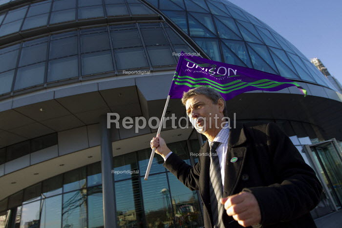 Dave Prentis visits the City Hall picket line. Strike by public sector workers over pensions. London. - Jess Hurd - 2011-11-30