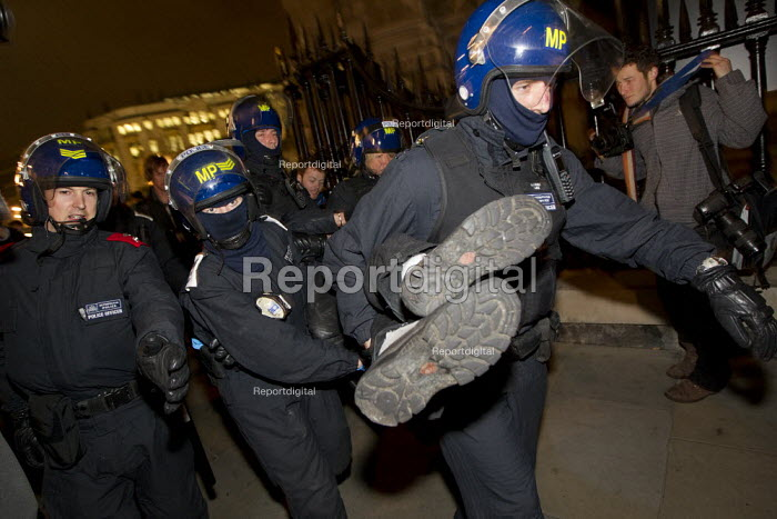 Police make arrests during the Occupy LSX eviction, St. Pauls Cathedral. London. - Jess Hurd - 2012-02-28