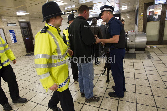 Drug sniffer dog with handler on the London Underground. Mobile police watchtower. Operation Trafalgar launched in West End London. Increased, visible policing is designed to tackle crime, disorder and anti-social behaviour. Piccadilly Circus. - Jess Hurd - 2012-03-29