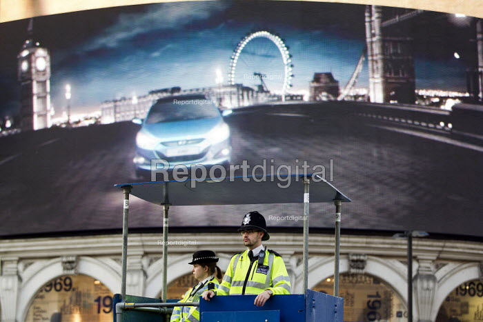 Police mobile watch tower. Operation Trafalgar launches in West End. Increased visible policing is designed to tackle crime, disorder and anti-social behaviour. Piccadilly Circus, london - Jess Hurd - 2012-03-29