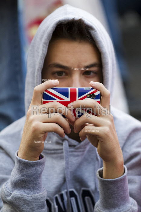 Young man on a union jack iphone, Piccadilly Circus, London. - Jess Hurd - 2012-03-29