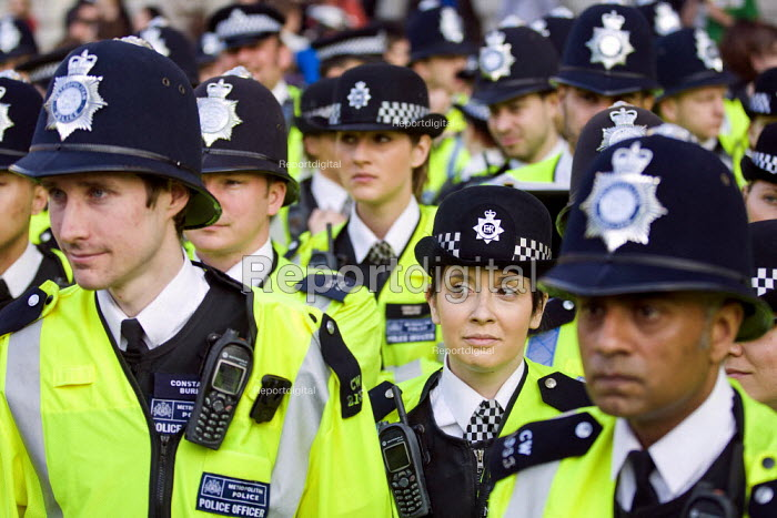 Operation Trafalgar in the West End London. Increased, visible policing is designed to tackle crime, disorder and anti-social behaviour. Piccadilly Circus. - Jess Hurd - 2012-03-29