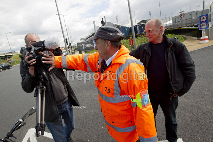 Olympic security guard covers the lens of video journalist Jason Parkinson as they try to prevent media from filming the Olympic site from the public highway. Stratford, East London. - Jess Hurd - 2012-04-21