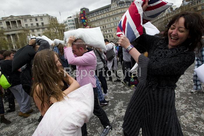 Flash mob pillow fight in Trafalgar Square. International Pillow Fight Day, London. - Jess Hurd - 2012-04-07