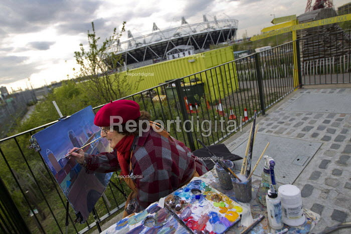 Ruth a local landscape painter paints the view of Canary Wharf from the Olympic Park, Stratford. East London. - Jess Hurd - 2012-04-16