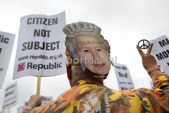 The Queen's Thames Diamond Jubilee Pageant. Republican protest, City Hall, London. - Jess Hurd - 2012-06-03