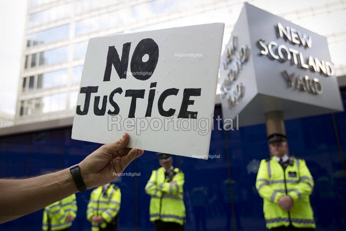 Protest outside New Scotland Yard after the news that PC Harwood had been cleared of manslaughter for the death of newspaper vendor Ian Tomlinson at the G20, London. - Jess Hurd - 2012-07-19