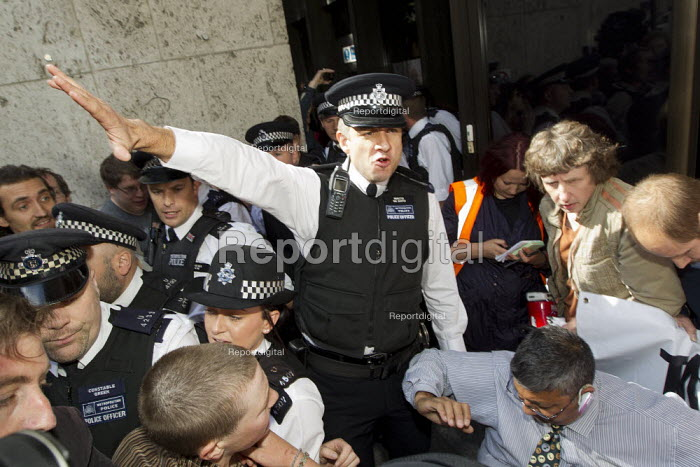 Disabled protesters clash with police as DPAC and UK Uncut occupy the Department of Work and Pensions DWP against the cuts to disabled benefits through the Paralympic sponsor Atos. London. - Jess Hurd - 2012-08-31