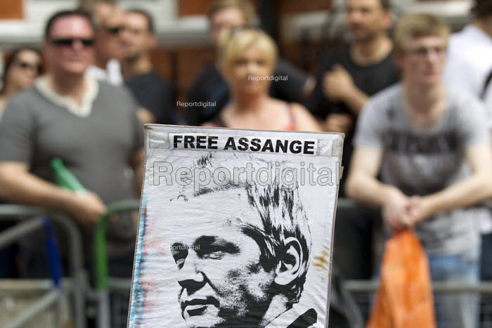 Demonstration outside the Republic of Ecuador Embassy in support of Julian Assange Wikileaks founder, who is claiming political asylum. London.  in London, Great Britain - Jess Hurd - 2012-08-19