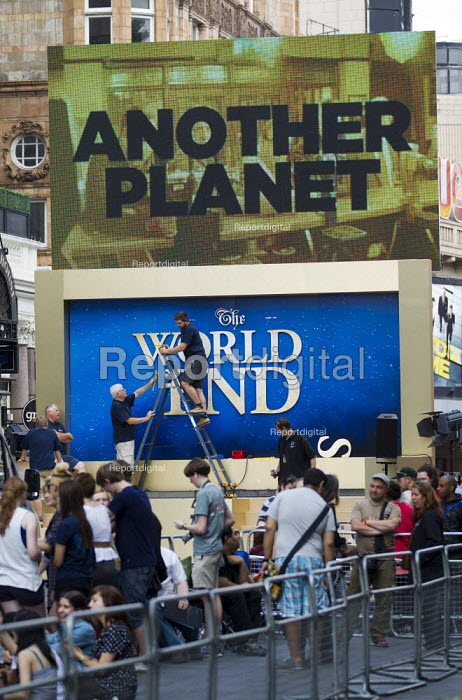 People queue for The Worlds End, premier, Leicester Square. London. - Jess Hurd - 2013-07-10